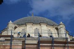 Trabajadores de construcción en las mezquitas, Estambul Turquía imagen de archivo libre de regalías