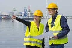 Trabajadores de construcción en puerto Imágenes de archivo libres de regalías