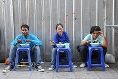 Trabajadores de construcción en un restaurante de la calle Imágenes de archivo libres de regalías