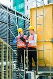 Trabajadores de construcción indonesios asiáticos en solar Fotos de archivo libres de regalías