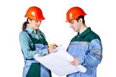 Trabajadores de construcción jovenes con el modelo Imágenes de archivo libres de regalías