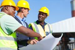 Trabajadores de construcción profesionales imagen de archivo libre de regalías