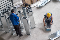 Trabajadores de construcción que calafatean conductos del metal Fotografía de archivo libre de regalías