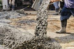 Trabajadores de construcción que cementan el camino Fotografía de archivo
