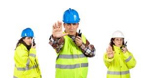 Trabajadores de construcción que hablan con un Walkietalkie Foto de archivo libre de regalías