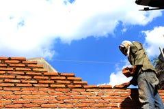 Trabajadores de construcción que quieren trabajar por completo de riesgos y de desafíos Foto de archivo