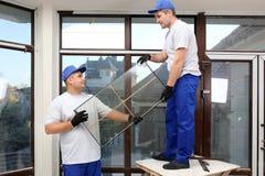 Trabajadores de construcción que reparan la ventana fotografía de archivo libre de regalías