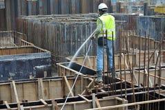 Trabajadores de construcción que rocían el tratamiento químico de la termita anti Imágenes de archivo libres de regalías