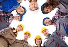 Trabajadores de construcción que se colocan en círculo fotografía de archivo libre de regalías