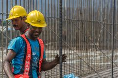 Trabajadores de construcción que se divierten Imagenes de archivo