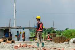 Trabajadores de construcción que sienten cansados Fotos de archivo libres de regalías