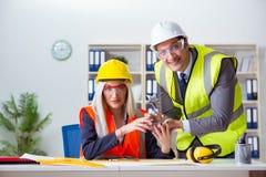 Trabajadores de construcción que tienen discusión en oficina antes de comenzar Fotografía de archivo