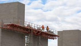 Trabajadores de construcción que trabajan en albañilería Fotos de archivo libres de regalías