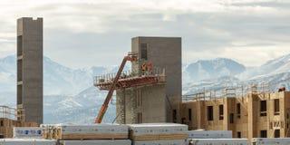 Trabajadores de construcción que trabajan en albañilería Imagen de archivo libre de regalías
