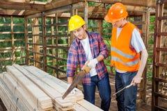 Trabajadores de construcción que trabajan en el sitio Foto de archivo libre de regalías