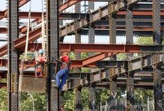 Trabajadores de construcción del andamio Imágenes de archivo libres de regalías