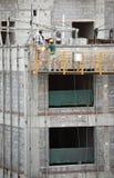Trabajadores de construcción en el elevador Fotos de archivo