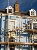Trabajadores de construcción que reparan la casa Imagen de archivo libre de regalías