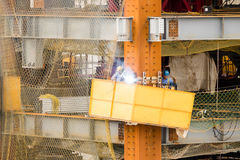 Trabajadores de construcción que sueldan con autógena en sitio Fotografía de archivo libre de regalías
