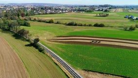 Trabajadores de granja de Amish que fertilizan orgánico allí campos según lo visto por un abejón almacen de video