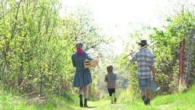 Trabajadores de granja de Eco Día de la Tierra - concepto de la ecología Familia feliz del granjero que se divierte en campo de l metrajes