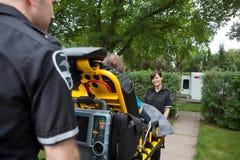 Trabajadores de la ambulancia con el paciente Foto de archivo libre de regalías