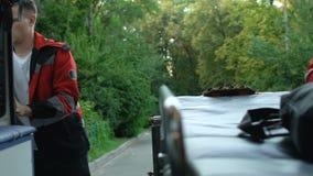 Trabajadores de la ambulancia que corren y que consiguen en la ayuda del transporte, rápida y profesional almacen de video