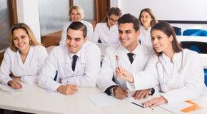 Trabajadores de la atención sanitaria durante programa educativo en escuela fotos de archivo libres de regalías