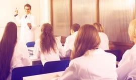 Trabajadores de la atención sanitaria durante programa educativo en escuela fotografía de archivo libre de regalías