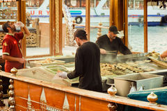 Trabajadores de la comida fría de los alimentos de preparación rápida en los barcos imágenes de archivo libres de regalías