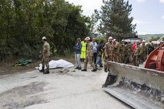 Trabajadores de la emergencia con la niveladora después del terremoto en Pescara del Tronto, Italia Foto de archivo