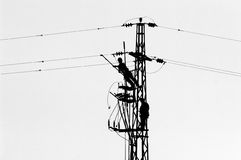 Trabajadores de la línea eléctrica imagen de archivo