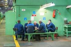 Trabajadores de la planta en una rotura Foto de archivo libre de regalías