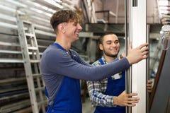Trabajadores de la producción con diverso PVC Fotos de archivo