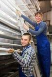 Trabajadores de la producción con diverso PVC Imagenes de archivo
