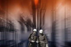 Trabajadores de la refinería con industria química grande fotos de archivo libres de regalías