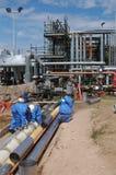 Trabajadores de la refinería de petróleo Imágenes de archivo libres de regalías