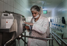 Trabajadores de mujeres que entran en la instalación de producción después de hygiening proceso Imagen de archivo libre de regalías