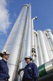 Trabajadores de petróleo y del gas con las tuberías imagen de archivo libre de regalías