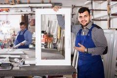 Trabajadores de producción en bata con diverso PVC acabado favorable Imagen de archivo libre de regalías