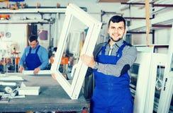 Trabajadores de producción en bata con diverso PVC acabado favorable Fotos de archivo libres de regalías