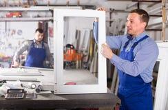 Trabajadores de producción en bata con diverso PVC acabado favorable Imagen de archivo