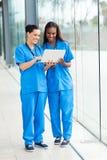 Trabajadores de sexo femenino de la atención sanitaria Imagen de archivo libre de regalías