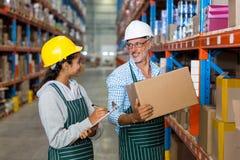 Trabajadores de Warehouse que comprueban el inventario imagenes de archivo
