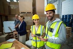 Trabajadores de Warehouse que se unen en almacén fotografía de archivo libre de regalías
