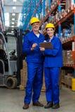 Trabajadores de Warehouse que se unen en almacén foto de archivo