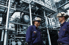 Trabajadores del aceite dentro de la refinería química grande Imagen de archivo