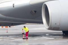 Trabajadores del aeroplano de Lufthansa Airbus A380 Imagen de archivo