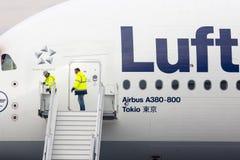 Trabajadores del aeroplano de Lufthansa Airbus A380 Fotografía de archivo libre de regalías