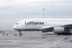 Trabajadores del aeroplano de Lufthansa Airbus A380 Fotografía de archivo